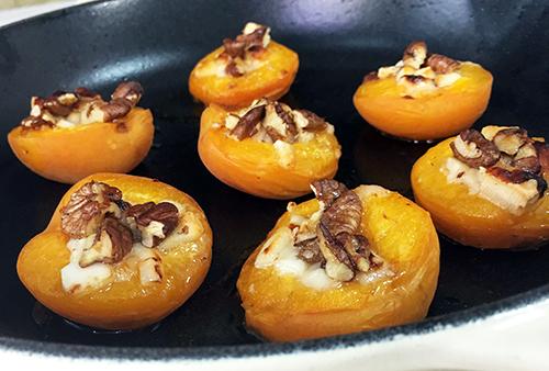 Chabacanos rostizados, queso y frutos