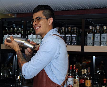 Preparación de coctel Ancho Reyes