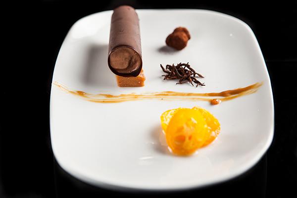 Cilindro de chocolate con caramelo y miso. Fotografía cortesía Jaso.