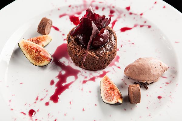 Molten de chocolate con cerezas maceradas en oporto, higos rostizados en romero y helado de higos con oporto