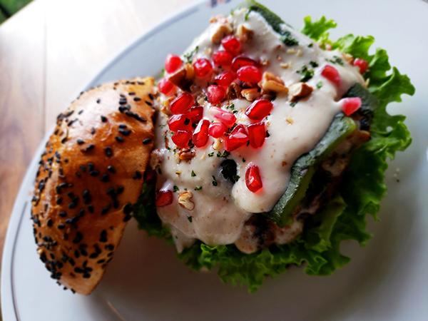 hamburguesa-de-chile-en-nogada-butcher-and-sons-mercado-roma-coyoacan