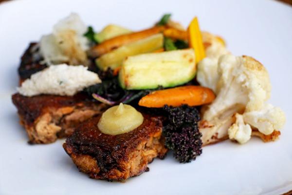 lechón-con-verduras-del-restaurante-jazamago